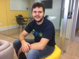 Marcelo Linck sentado na sede da Poatek, na capital do RS