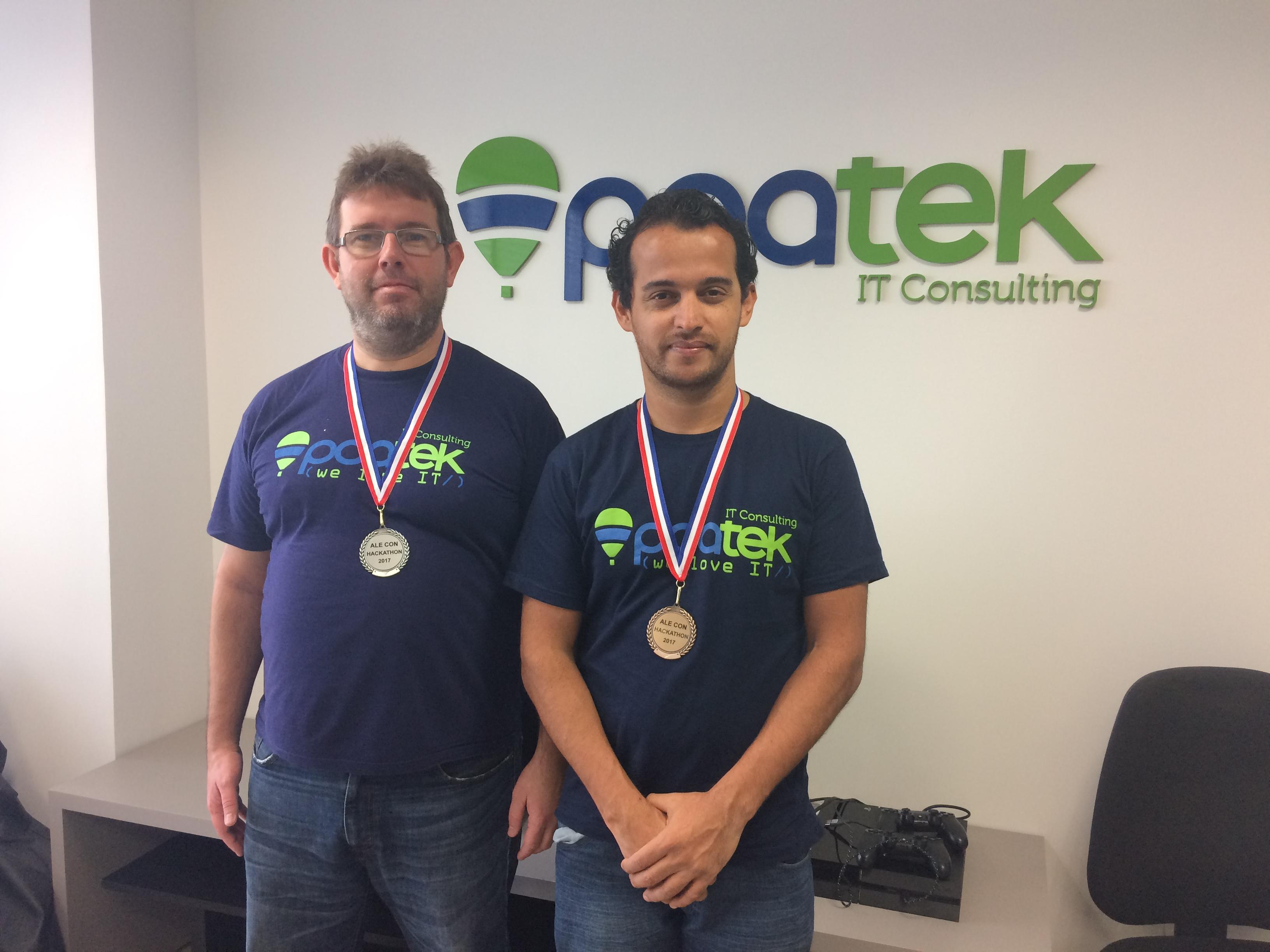 Os dois engenheiros de Software, de pé, felizes com suas medalhas.