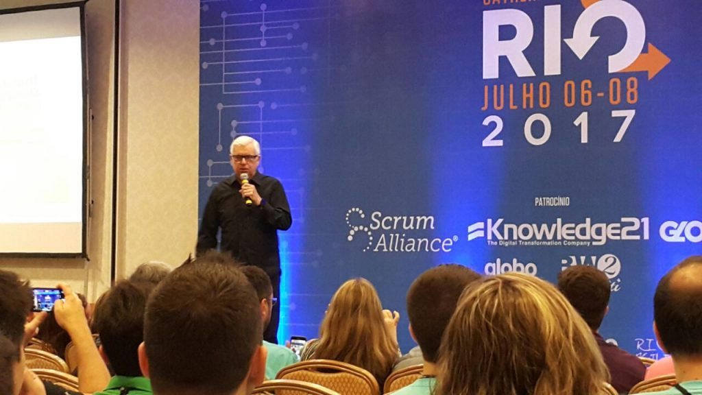 Jeff Sutherland, co-criador da metodologia Scrum, palestrando no Scrum Gathering Rio 2017.