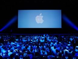 imagem do telão com o símbolo da apple no evento wwdc 2018